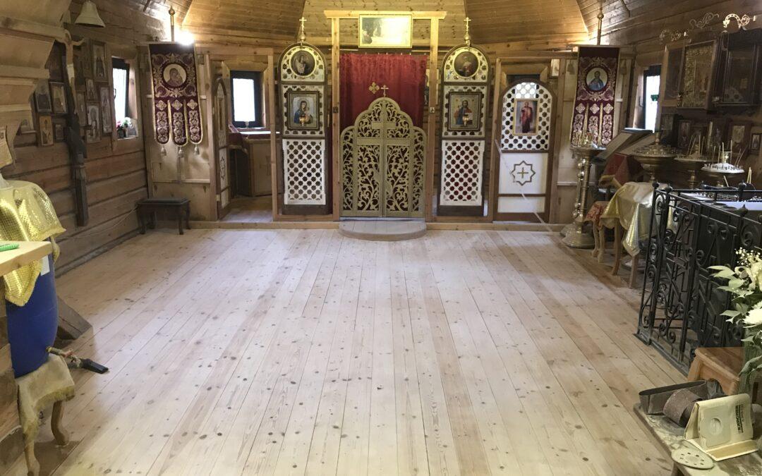 В нашем храме идут работы по восстановлению деревянных полов.